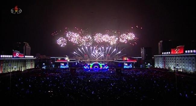 北 새해맞이 대규모 불꽃놀이...드론 날려 `2020`
