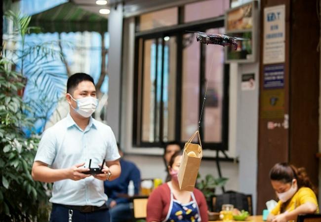 하노이 식당에 '드론서빙' 출현…코로나19 사회적 거리두기
